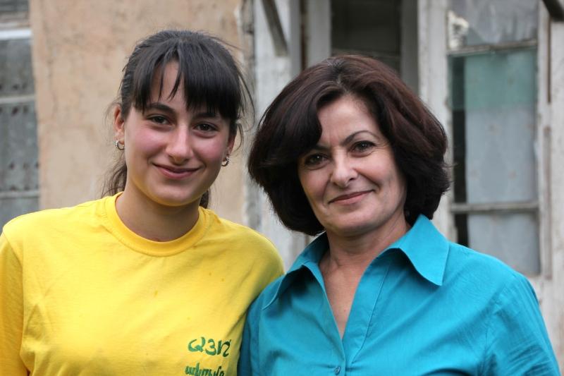 Beekeeper Metaqsya and her YANOA mentor, Osana Sahakya